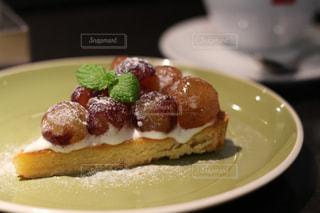 皿の上のケーキの一部の写真・画像素材[816747]