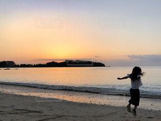 夕日に向かってジャンプする子供の写真の写真・画像素材[1581194]