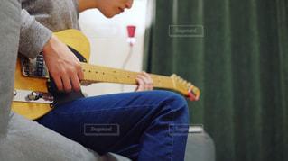 ギターを弾いている男性 - No.817933