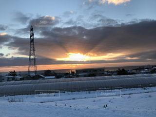 近く雪に覆われたフィールドの写真・画像素材[891870]