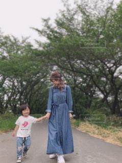 緑の道をリンクコーデでお散歩🎶の写真・画像素材[2417712]