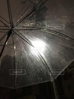 雨の中の光の写真・画像素材[819956]