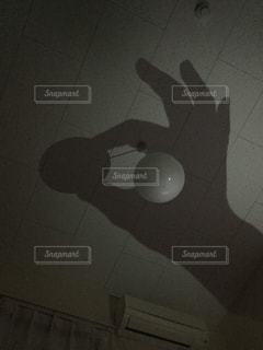 近くに暗い部屋でライトのアップ - No.823068