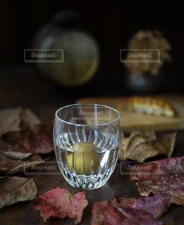 近くのテーブルの上のガラスのコップ - No.845423