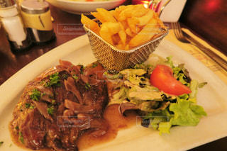 テーブルの上に食べ物のプレートの写真・画像素材[875006]