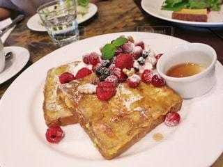 テーブルの上に食べ物のプレートの写真・画像素材[875251]