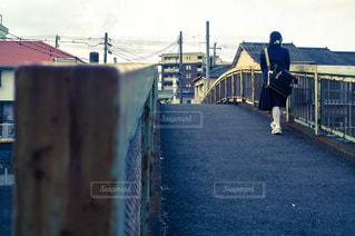 橋の上に立っている人の写真・画像素材[990381]