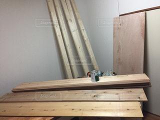木製のベンチ付きのバスルームの写真・画像素材[820209]