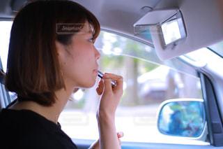 携帯電話で話す車の中の女性 - No.856429