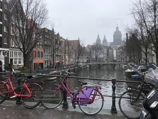 建物の前に停まっている自転車の写真・画像素材[820435]
