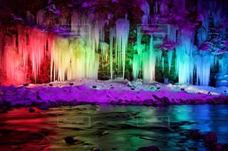 自然,アウトドア,冬,夜,屋外,緑,カラフル,青,川,暗い,水面,景色,反射,氷,鮮やか,光,ライトアップ,埼玉,休日,黄,虹色,秩父,氷柱,点灯,三十槌の氷柱
