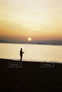 男性,1人,自然,風景,海,空,屋外,太陽,朝日,ビーチ,砂浜,海岸,シルエット,光,人,朝,釣り,日の出,フィルム,フィルム写真