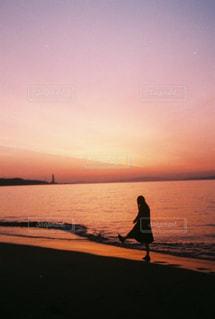 女性,1人,自然,風景,海,空,屋外,太陽,ビーチ,晴れ,砂浜,波,散歩,水面,海岸,シルエット,光,朝焼け,人,朝,日の出,早朝