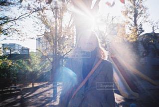女性,1人,風景,空,公園,秋,屋外,太陽,光,樹木,人,笑顔,フィルム,フィルム写真