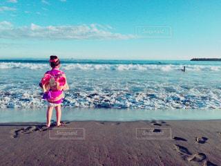 海ではしゃぐ今日の主役の写真・画像素材[831397]