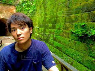 ブルーのシャツを着た若い男の写真・画像素材[888104]