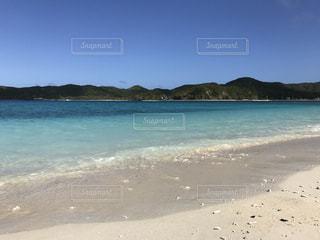水の体の横にある砂浜のビーチ - No.896764