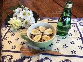 食べ物やビール、テーブルの上のガラスのプレート - No.899698