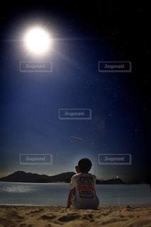 夜の砂浜でビールの写真・画像素材[936886]