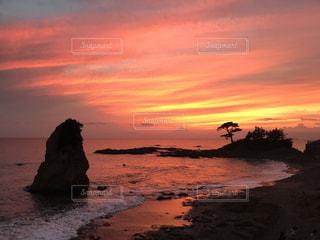 水の体に沈む夕日の写真・画像素材[955909]