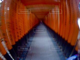 赤いカーテンのぼやけた画像の写真・画像素材[1013721]