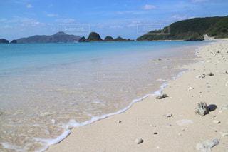 水の体の横にある砂浜のビーチの写真・画像素材[1014138]