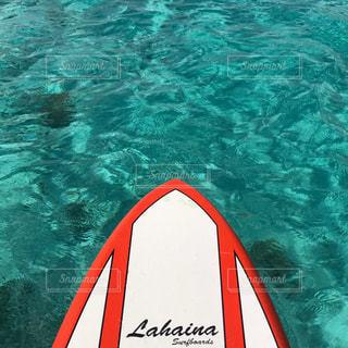 水の上の白いテキストと大きな赤い看板の写真・画像素材[1014147]