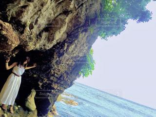 岩の上に座っている人の写真・画像素材[1015491]