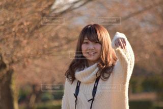 カメラの笑みを浮かべて女性 - No.1015734