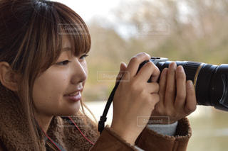 携帯電話を保持している若い女の子 - No.1015737