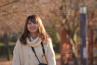 携帯電話で通話中の女性の写真・画像素材[1015750]