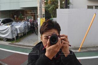 カメラにポーズ鏡の前に立っている男の写真・画像素材[1018067]