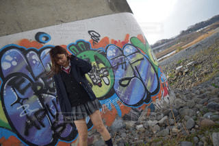 道路の側に落書きで人の写真・画像素材[1018081]
