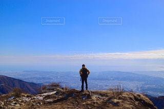 山の前に立っている男の写真・画像素材[1120866]