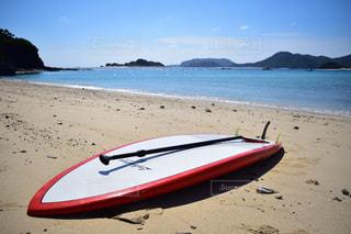 水の体のサーフボードとビーチの写真・画像素材[1387532]