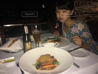 食品のプレートをテーブルに着席した人の写真・画像素材[1461152]