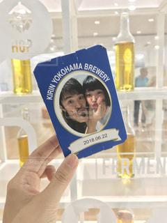 グラスを持つ手の写真・画像素材[1602009]