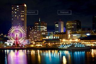 夜のライトアップされた街の写真・画像素材[1680223]