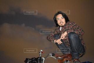 バイクに乗りながら空気を通って飛んで男の写真・画像素材[1693684]