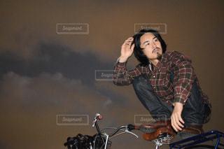 自転車の後ろに乗って男の写真・画像素材[1693686]