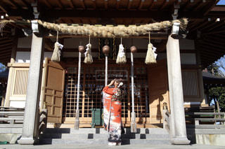 建物の前に立っている人の写真・画像素材[1714426]