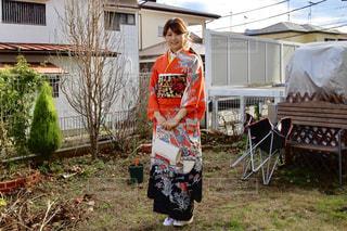 庭に立っている人の写真・画像素材[1714440]