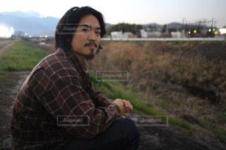 フィールドに座る人の写真・画像素材[1721490]