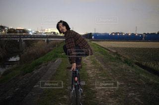男性,20代,イケメン,自転車,夕暮れ,かっこいい,夕方,髪型,黒髪,ヒゲ,髭,ひげ,チェックシャツ
