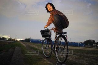 男性,20代,空,夜,自転車,屋外,川辺,黒髪,人物,人,川岸,日暮れ,ヒゲ,髭,河岸,河辺,チェックシャツ,髭ひげ