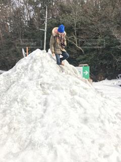 雪のスロープを下るスノーボードに乗っている間空気を通って飛んで男の写真・画像素材[1732273]