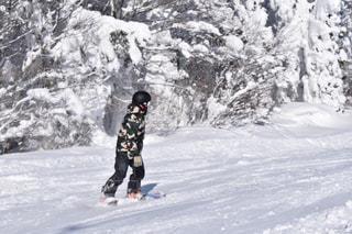 雪をスノーボードに乗る男覆われた斜面の写真・画像素材[1732341]