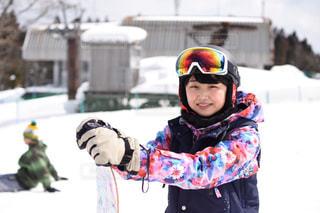 雪のボードに乗る少年の写真・画像素材[1732381]