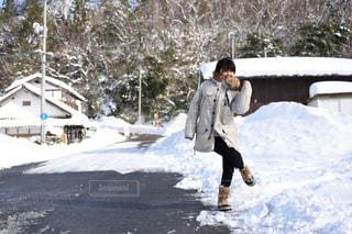 雪の中を歩くの写真・画像素材[1750241]