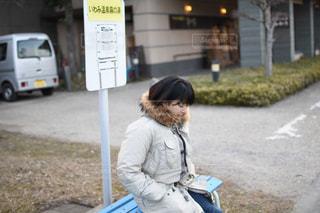 路上に座っている人の写真・画像素材[1750245]